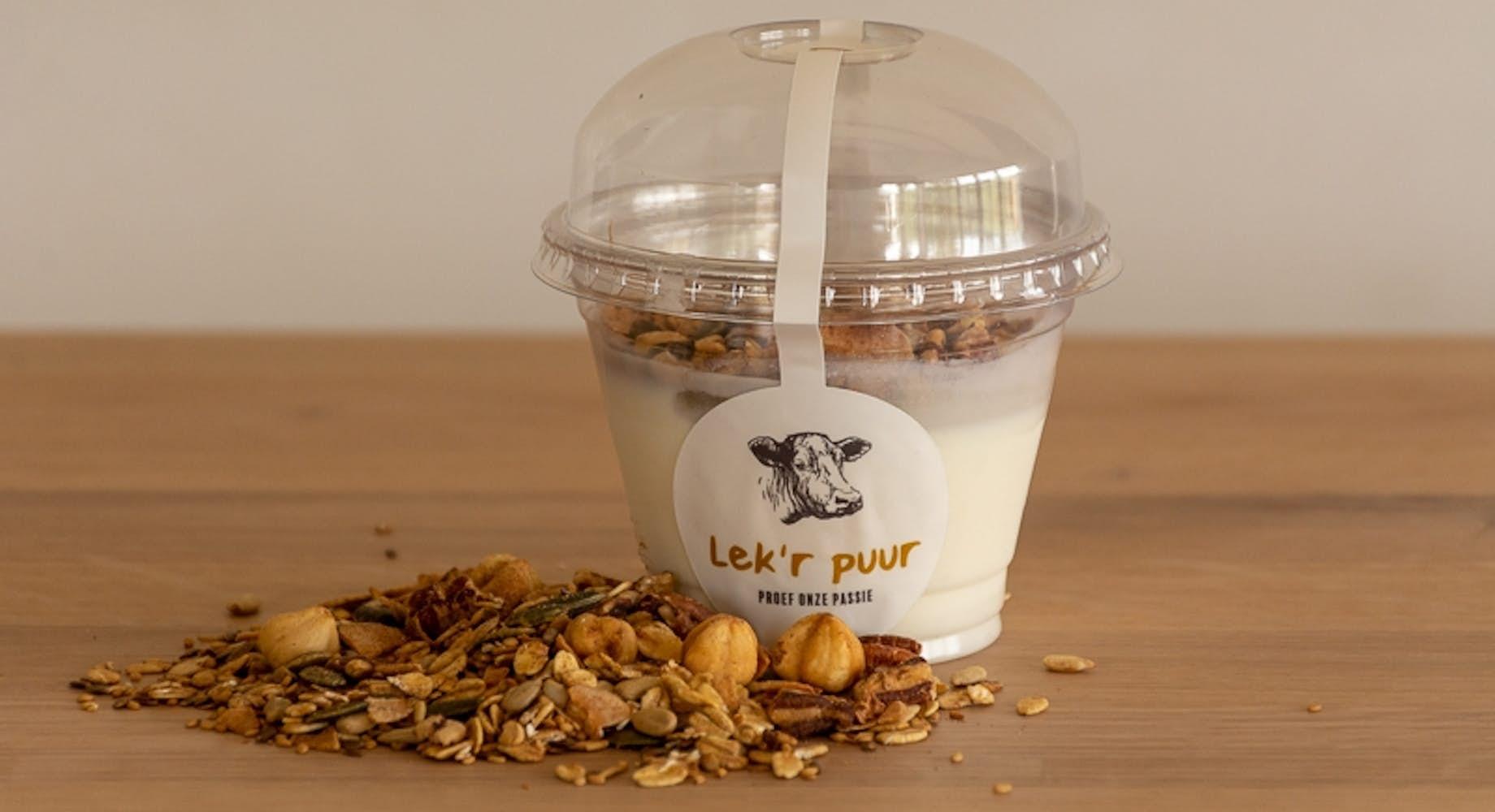 Volle natuuryoghurt met granola zonder suiker