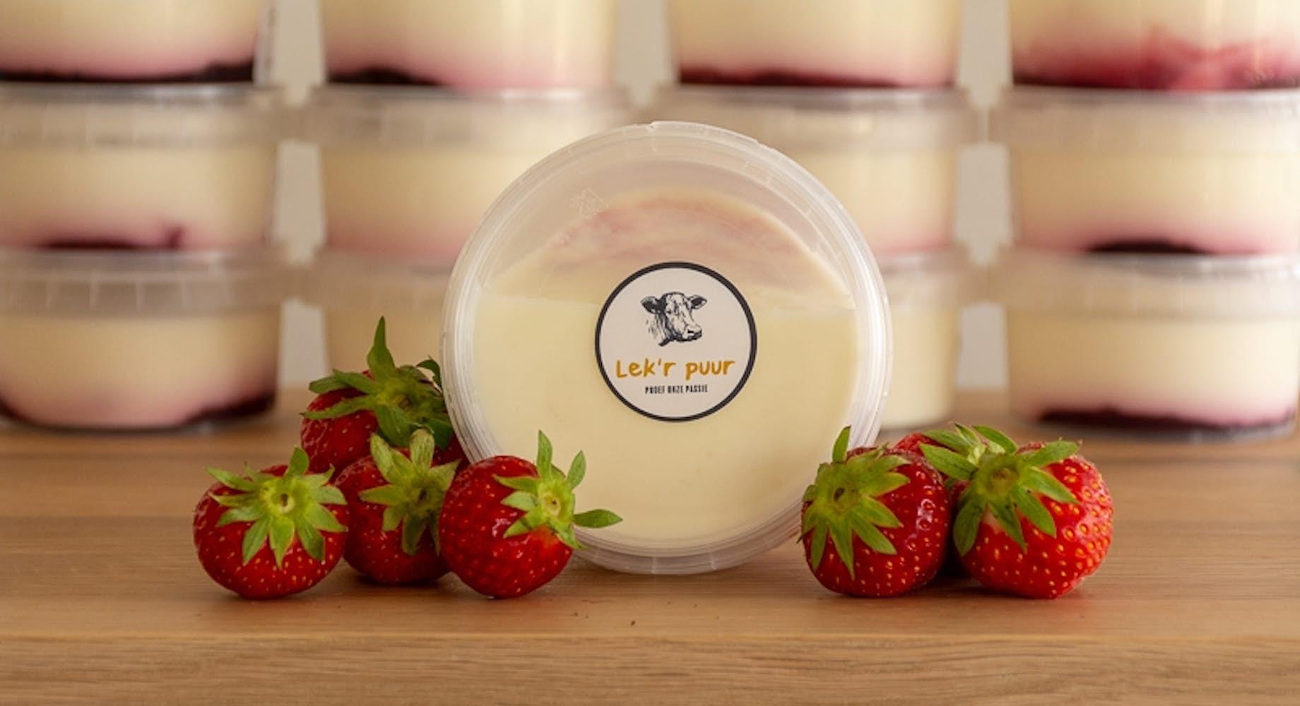 Volle yoghurt met aardbeien